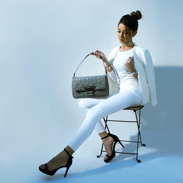 bruneta na židličce