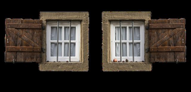 okna s mřížemi