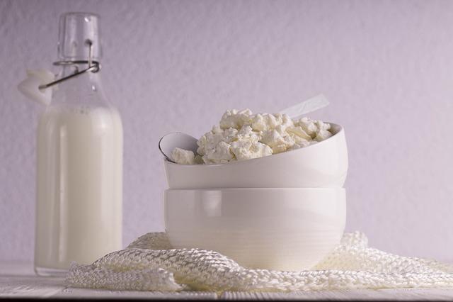 lahev mléka a tvaroh v misce.jpg