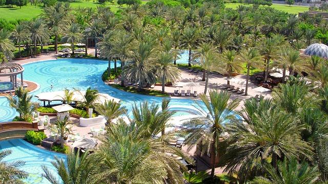 Bazén v hotelovém resortu